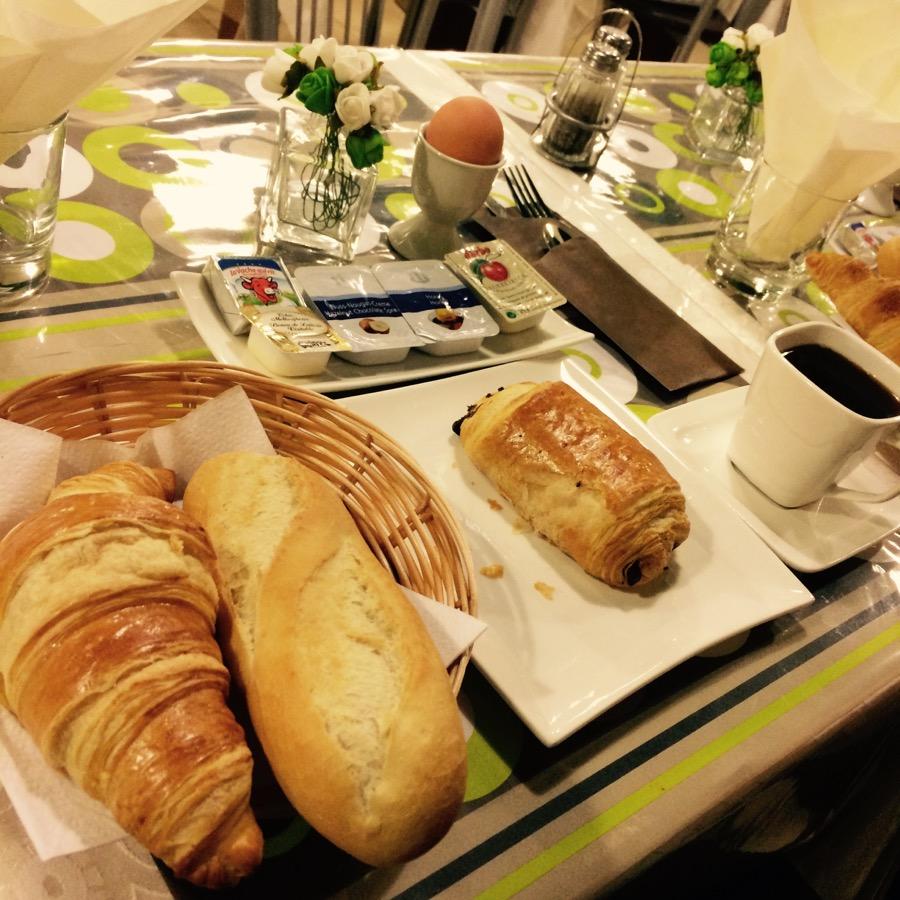 Hotelové raňajky.